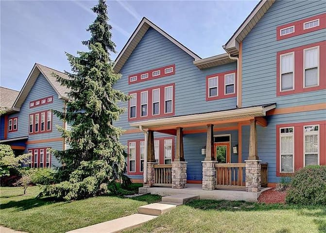 Comfy-Chic Condo Near Mass Ave./Downtown Indy