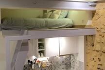 la mezzanine avec un accès par une échelle de meunier.
