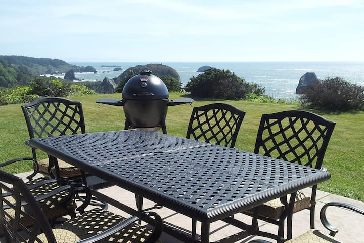Spacious and upscale house w/ocean views, outdoor seating, & shared grill