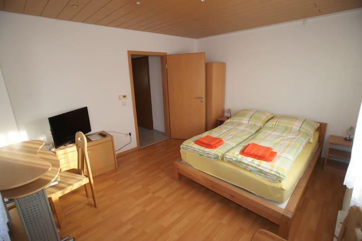 schönes Privatzimmer in Reutlingen - Reutlingen - Casa