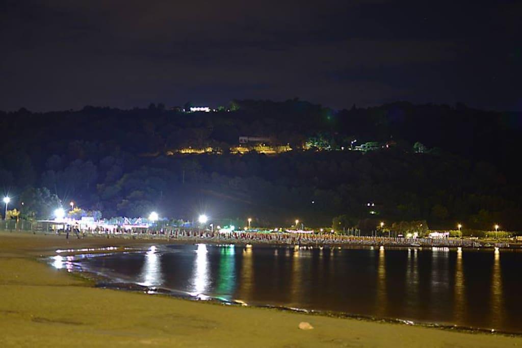 """Baia Flaminia by night, dall'appartamento con una piacevole passeggiata di 5 minuti raggiungerete la """"movida"""" di Piazza Europa e la bella Spiaggia di Baia Flaminia"""