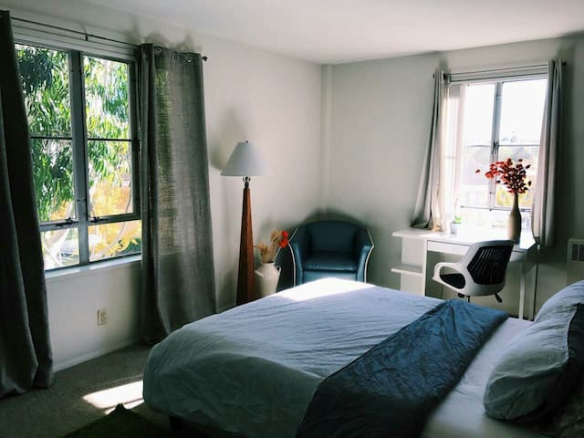Private Room for 3 Near Grove/Beverly Connection