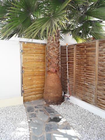 Apartamento tranquilo con jardín privado.