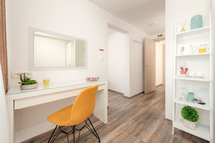 Modern one bedroom apt short walk to the Palace