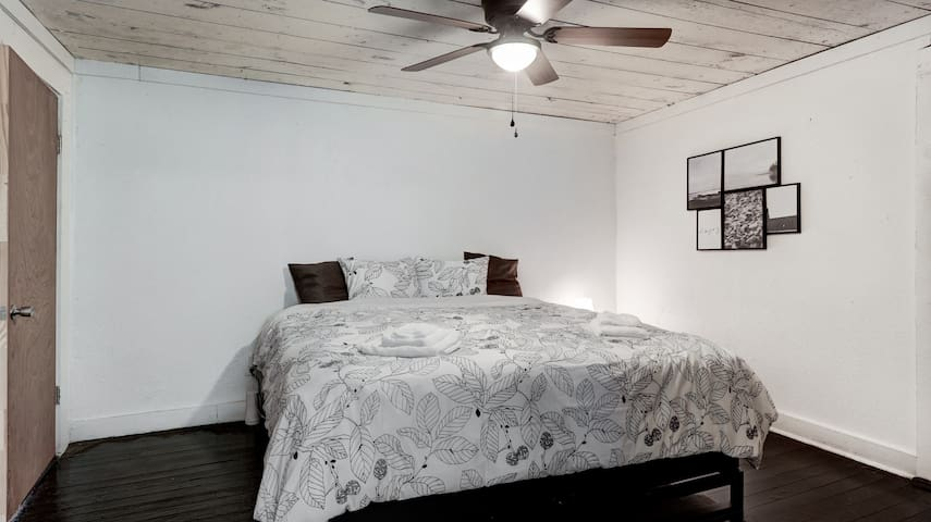 Shiplap Cottage on a Hill@Dtown|Magic Springs| Pet