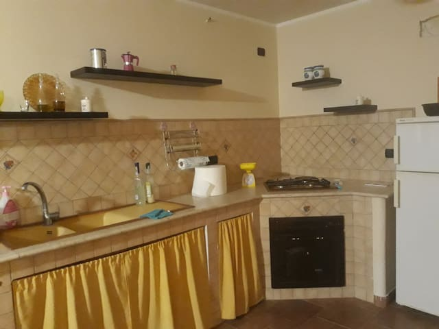 Cucina in muratura completa di elettrodomestici