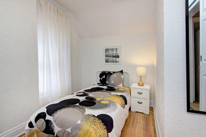 Comfy single room-short walk to the Falls