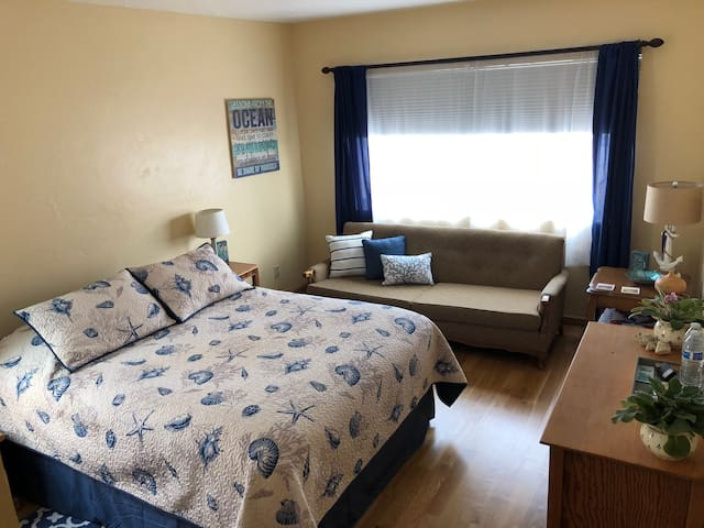 Cozy and comfy private rm/bth close to the beach!
