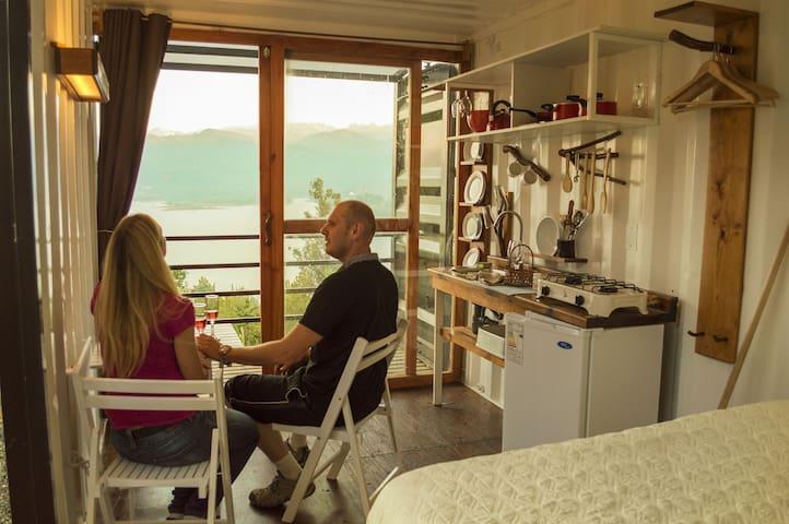 interior del refugio, tendrás todo lo necesario: cocina equipada, baño privado, comedor, una cómoda cama, balcón mirador, terraza y una impresionante vista al lago y a la cordillera.