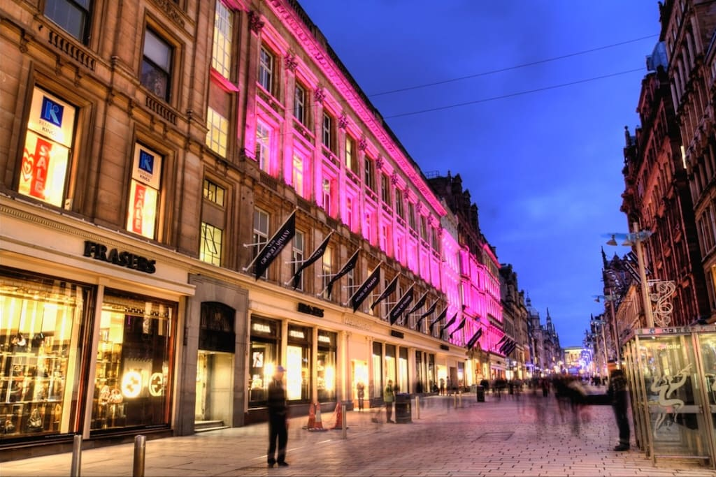 Evening shopping on the Style Mile