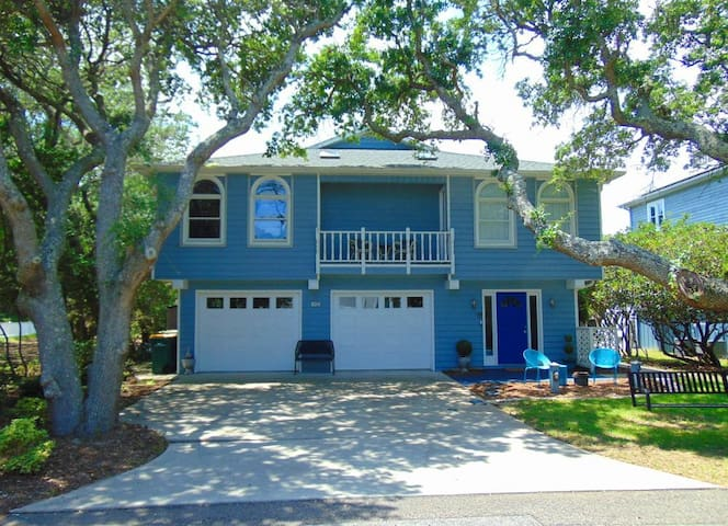 BEACH BEACH BEACH HOUSE - Beautiful home in historic Fort Fisher, just short walk to beach