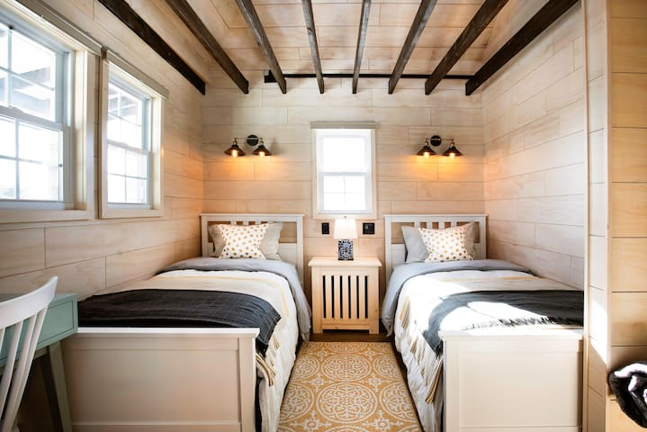 1st floor bedroom with two twin bed, there's a small desk & mirror, great spot to use your laptop, doing make-up in the morning. The lights above each bed can be individually controlled. The wall plugs has 2 USB charger.