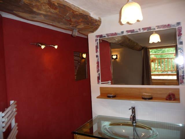 une salle d'eau avec tadelak