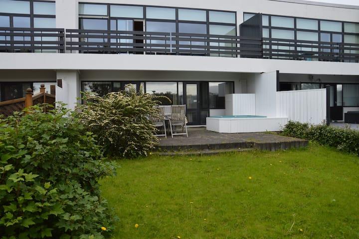 Center of Reykjavik, 6 beds, parking, big home