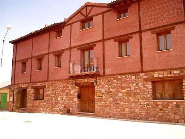 Noviales.Casa con vistas a la estepa castellana.