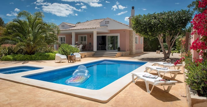 Luxury villa with pool & whirlpool