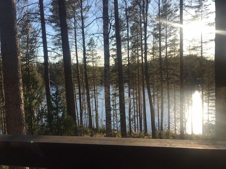 Mökki järven lähellä Vierumäen Urheiluopistolla