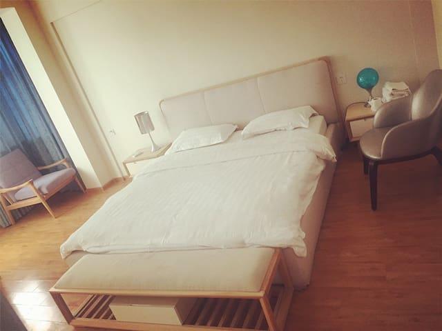 限时特价 石老人海水浴场精装海景房,家庭式 可做饭聚餐 180度海景,适合家庭和集体旅行居住 - Qingdao - Condo