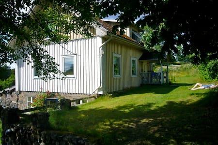 Lillestu - cosy house on a farm, on an island - Älmhult N - Casa