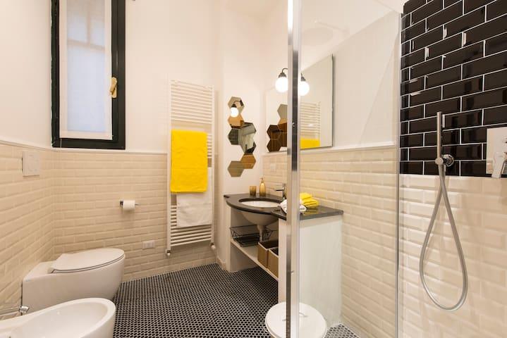 YELLOW: Suite deluxe - bathroom