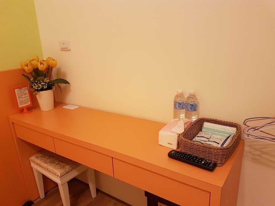 時尚特色書桌,免費提供雙人清潔用品及礦泉水。