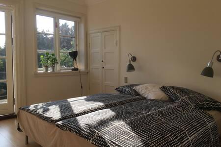 Stort værelse med egen terrasse og spa. - オーフス