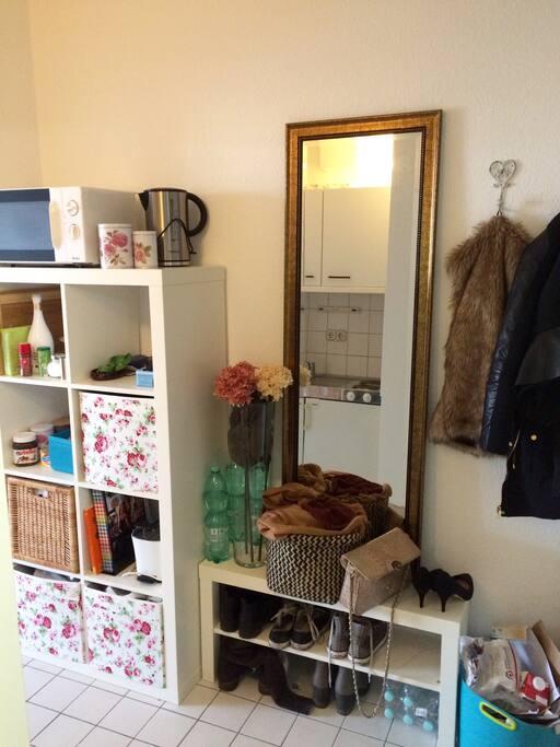 Eingangsbereich mit kleiner Garderobe und Regal für Küchenutensilien und Lebensmittel