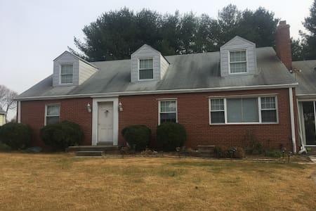 Spacious BR, bathroom, kitchen - Burtonsville - House