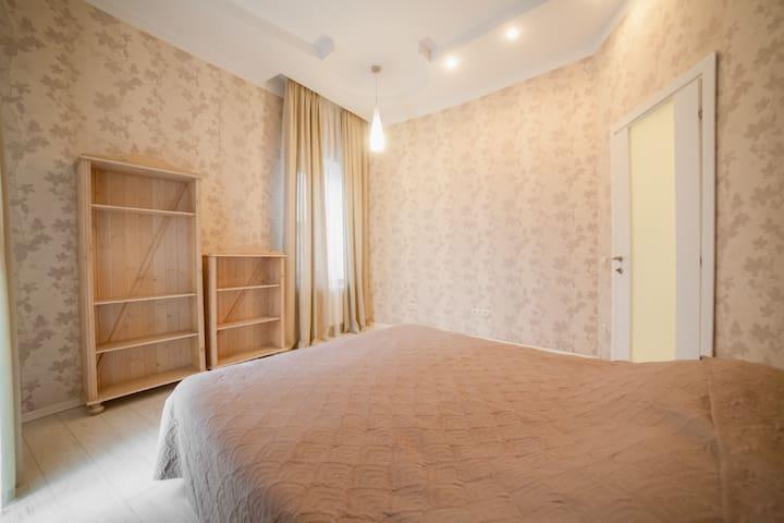 Спальня №5 с двухспальной кроватью и балконом