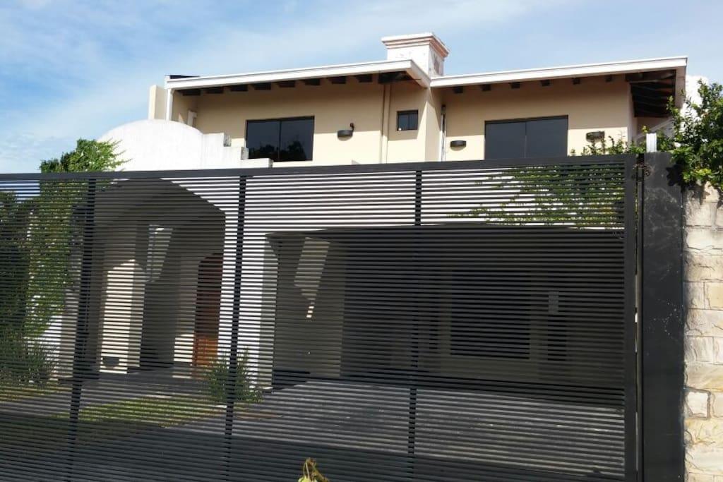 fachada de la casa con garage para 4 vehiculos