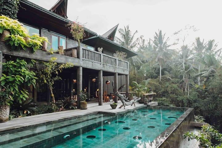 Dragon House, 5 ⭐️ accommodation with SAUNA in Ubud
