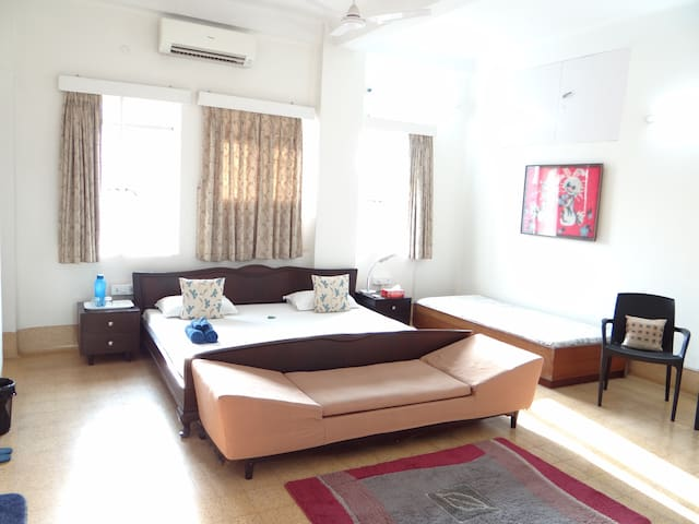 Spacious, heart of city, WiFi & AC! - Calcutta