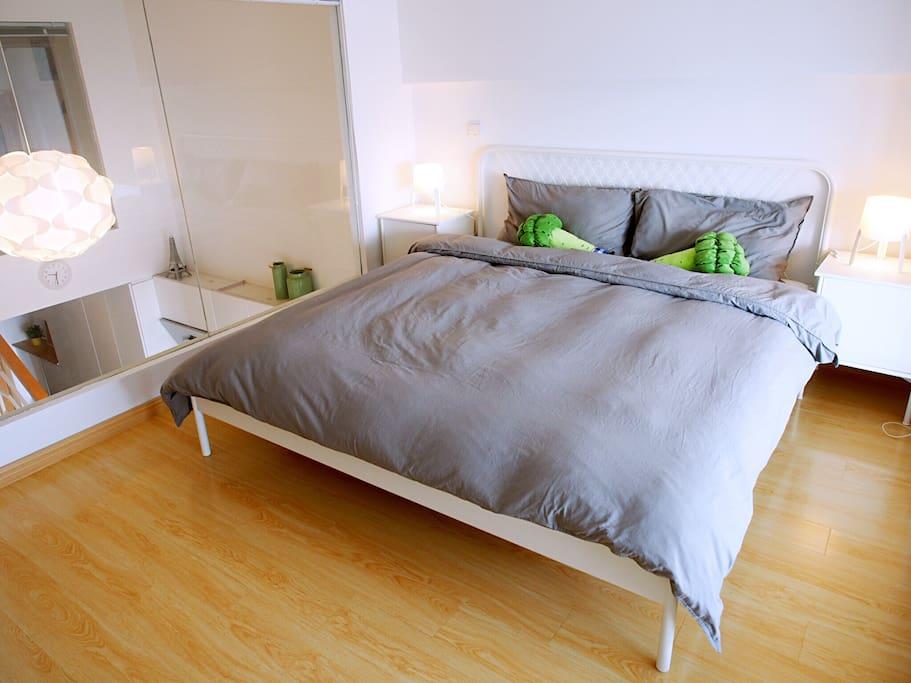 两个卧室是互相分离隔音良好的,两层玻璃,各有窗帘的。