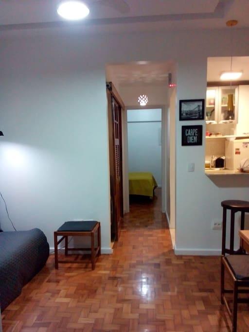 Vista do apartamento a partir da porta de entrada.