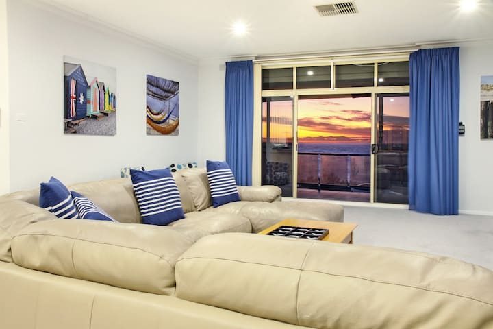 """The View"" Seaview Sunset Apartment - West Beach - Apartamento"