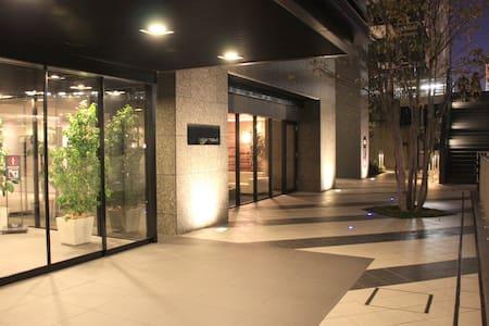 東京の各観光スポットにすぐにアクセスできる便利な高級コンドミニアム、東京を一望できる景色も最高です。 - Chūō-ku - Кондоминиум