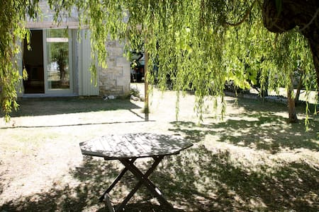 Charming Charentaise Stone House, Port of Mortagne - Mortagne-sur-Gironde - Rumah