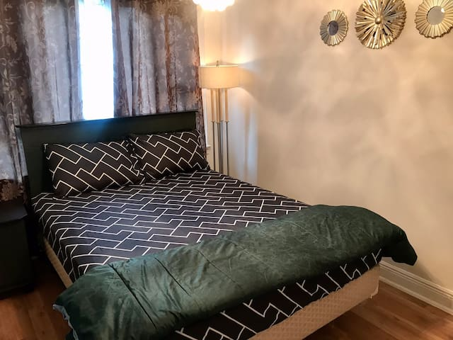 Queen bed, private room at Perfect Location!!