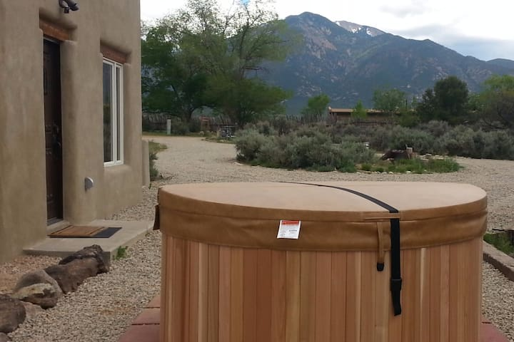 Brand New Guest House - great location - hot tub