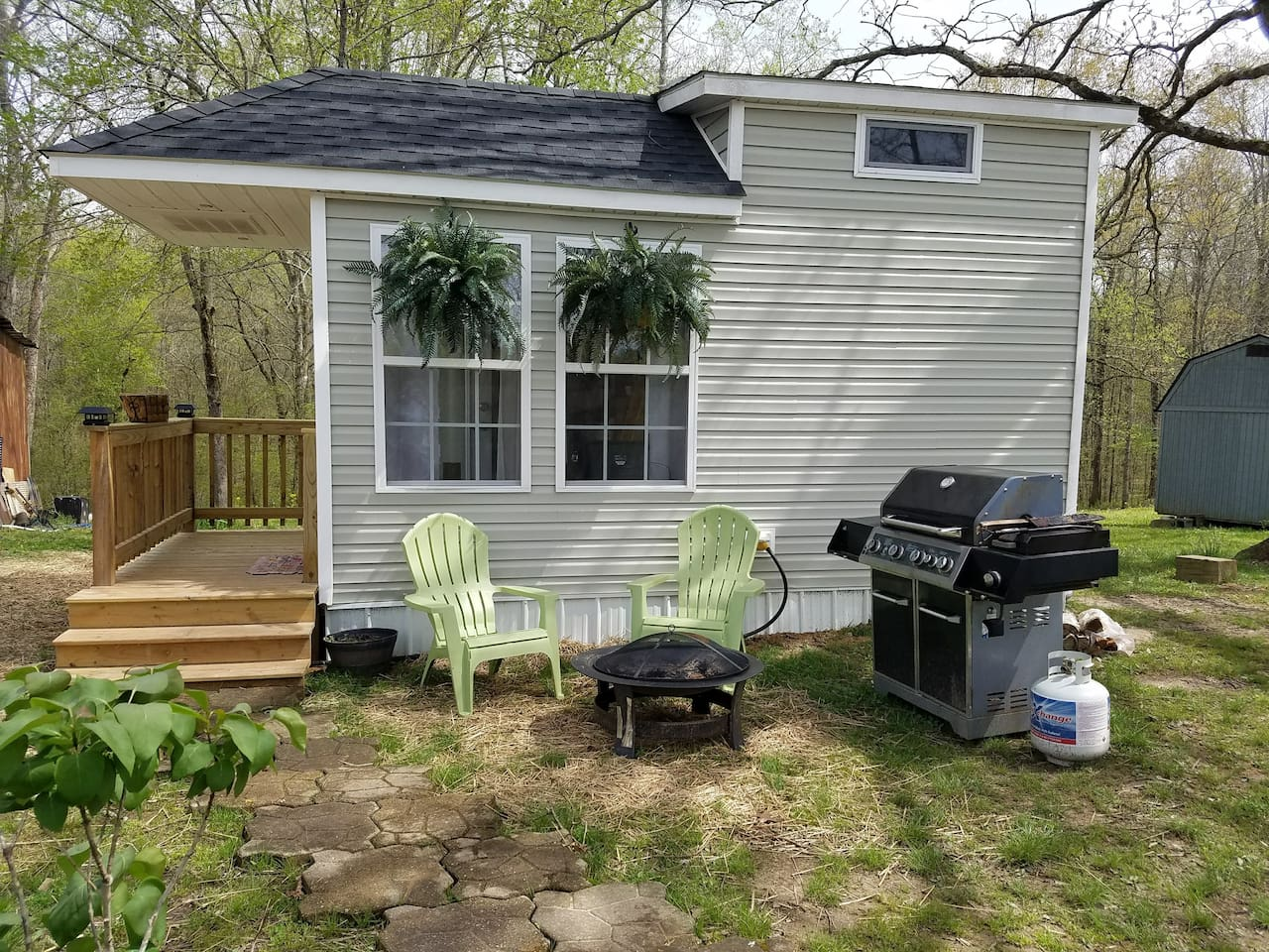 Tiny house @ Land Between the Lakes! Guests are encouraged to use the grill and firepit located outside.