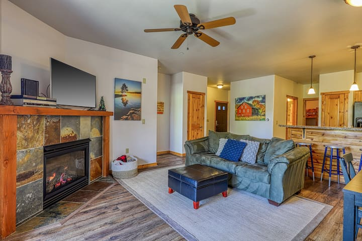 Beautiful condo w/ deck, shared pool, hot tub, & gym - close to town & skiing!
