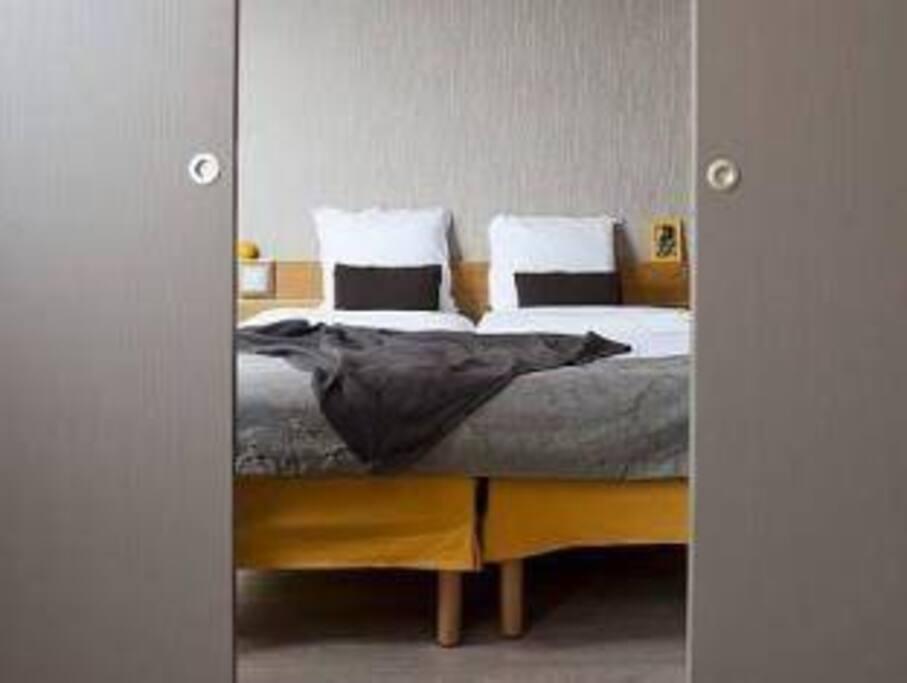 Letto matrimoniale che può essere reso privato dalle porte scorrevoli