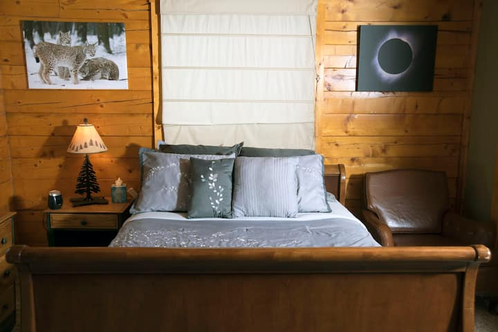 Lynx Lounge-A private bed/bath in a secluded cabin