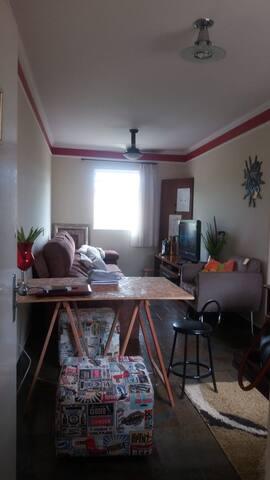 Apartamento 2 quartos, espaçoso e fácil acesso.