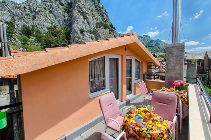 Three Bedroom Apartment, 10m from city center, seaside in Omis, Balcony, Terrace
