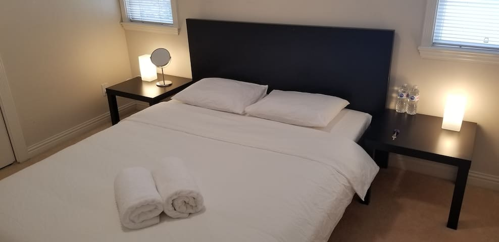 Cozy Room in House 20 minutes away from Airport