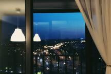 房间里的夜景也十分迷人呢。