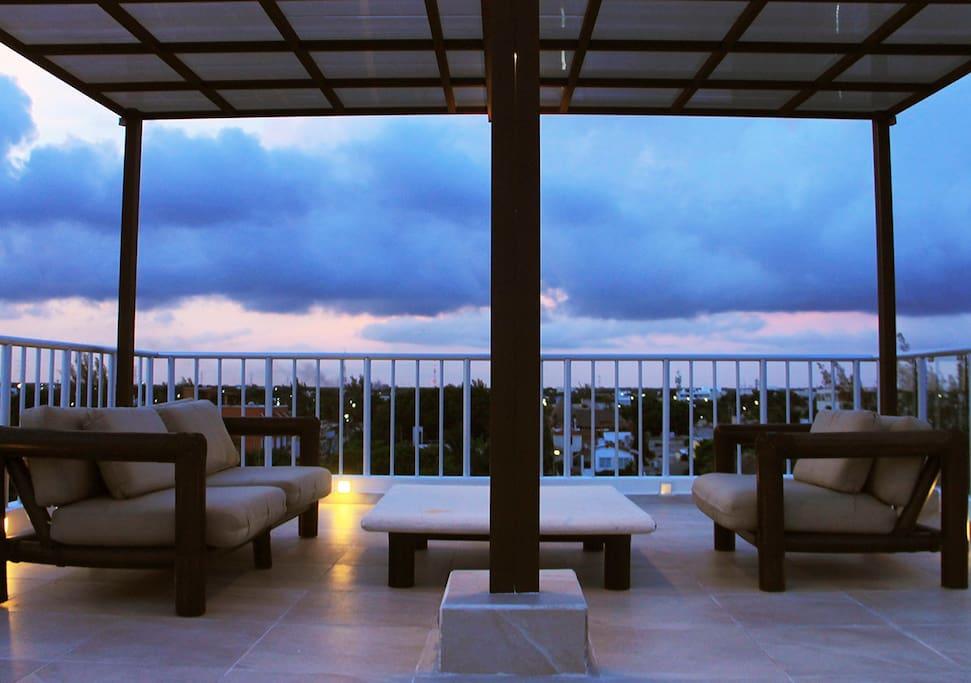 Hermosa terraza para disfrutar de bellos atardeceres / Beautiful terrace to enjoy a romantic evening watching the sunset