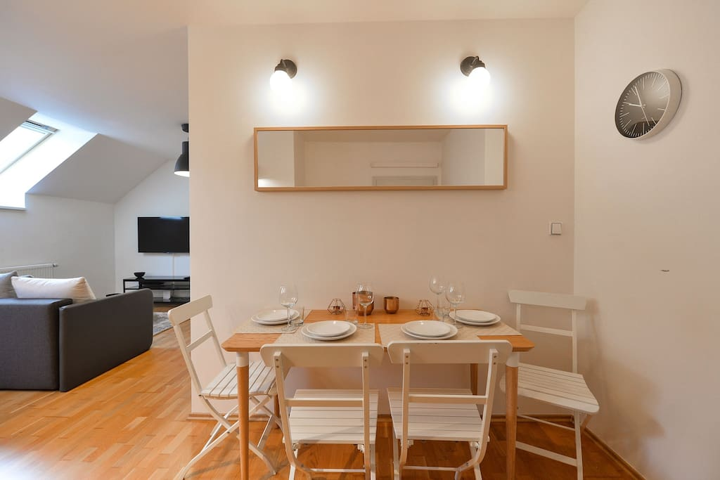 Dinning room space for up to 4 guests