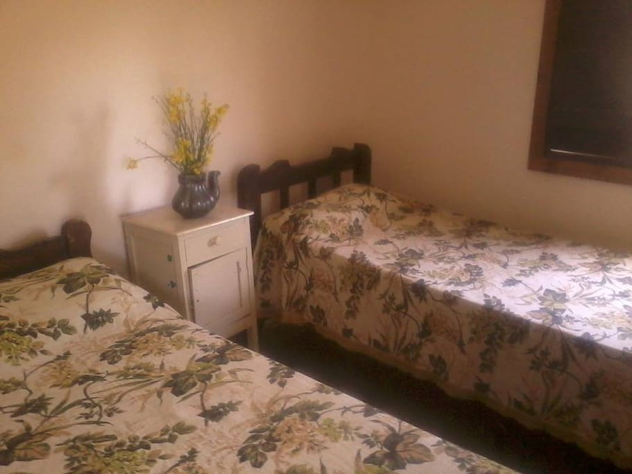 Habitación doble con cama simple y posibilidad de agregar un colchón